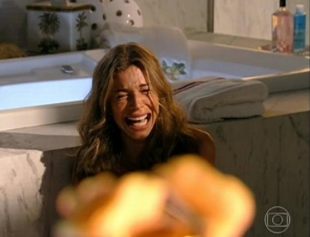 9.abr.2013 - Ester (Grazi Massafera) tem uma crise de choro ao saber que Cassiano (Henri Castelli) está vivo