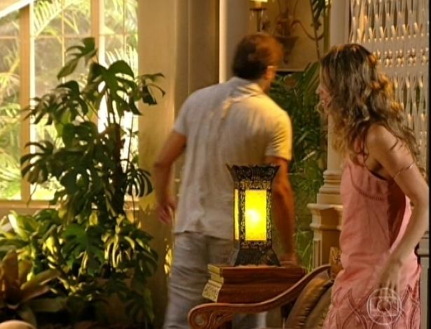 """9.abr.2013 - """"O que você tem para me dizer depois de sete anos? Você ia ficar longe dois dias"""", esbraveja Ester (Grazi Massafera) para Cassiano (Henri Castelli). """"Estou aqui Ester e a gente tem muito o que conversar"""". """"Vai embora daqui, fantasma, você está morto"""", diz Ester para Cassiano"""