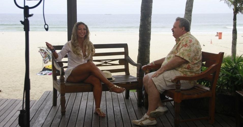 10.abr.2013 - Gilberto Barros gravou entrevista com Valesca Popozuda para seu programa, o