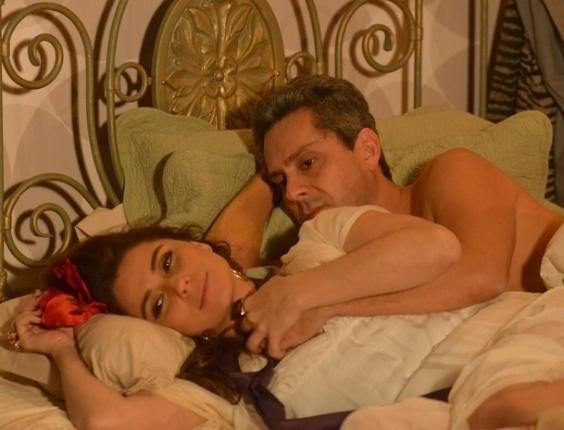 """12.abr.2013 - Em """"Salve Jorge"""", Helô acredita que Stenio resolveu problemas com Drika e passa a noite com ele"""