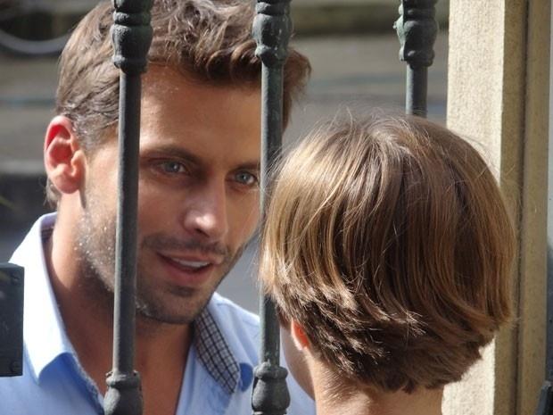 """Em """"Flor do Caribe"""", Cassiano vai atrás do filho na escola e se emociona"""