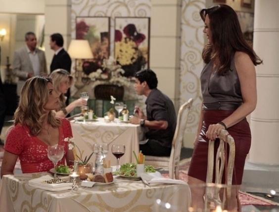 """14.abr.2013 - Lívia (Claudia Raia) se encontra com Érica (Flávia Alessandra) em um restaurante e resolve provocar a rival: """"Como vai o nosso Theo?"""", pergunta"""
