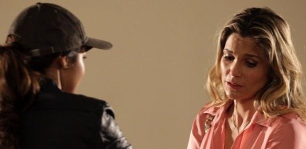 """17.abr.2013 - Em """"Salve Jorge"""", Morena entrega filha a Érica após fugir da máfia"""