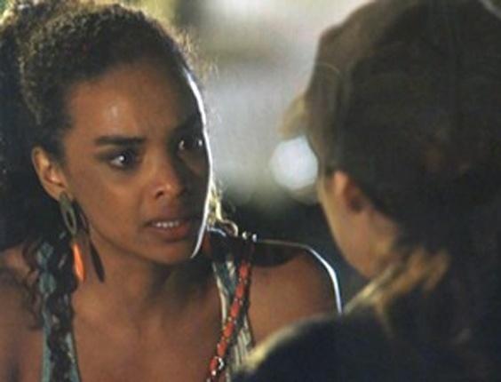 """17.abr.2013 - Em """"Salve Jorge"""", Sheila ajuda Morena a ser resgatada"""