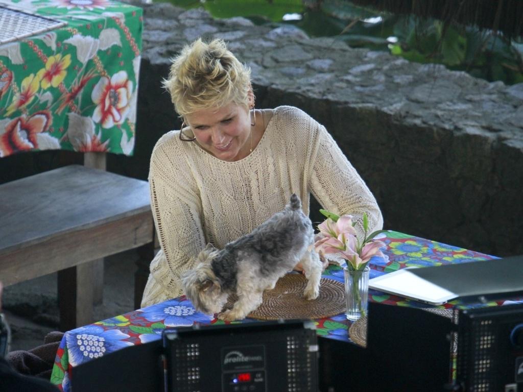 17.abr.2013 - Xuxa grava TV Xuxa na Prainha, no Rio, com seu cachorrinho Dudu