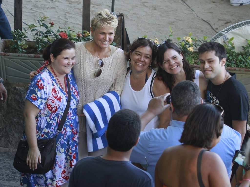 17.abr.2013 - Xuxa posa com fs ao chegar  Prainha, no Rio de Janeiro, onde gravou o programa TV Xuxa