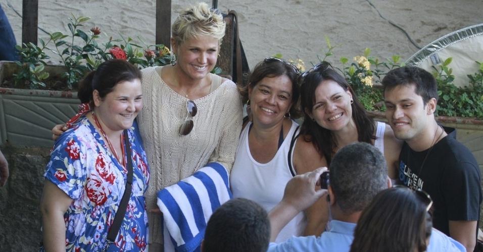 17.abr.2013 - Xuxa posa com fãs ao chegar à Prainha, no Rio de Janeiro, onde gravou o programa TV Xuxa
