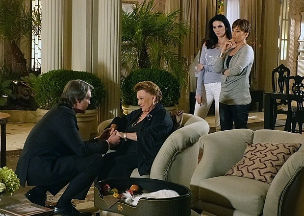 """Em """"Salve Jorge"""", após revelação de Amanda, Leonor mantém Carlos na empresa"""