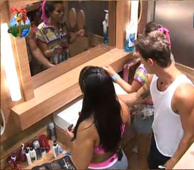 Peões disputam um lugar em frente ao espelho antes da atividade extra (2/11/10)