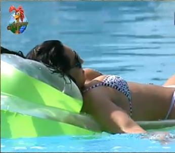 Andressa resolve aproveitar a piscina também (4/11/10)