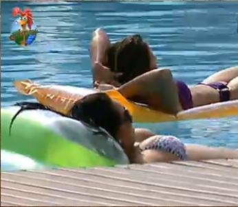Lizzi e Andressa curtem a piscina (4/11/10)