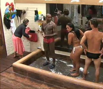 Depois dela, Viola, Dudu e Melancia foram para o chuveiro (4/11/10)