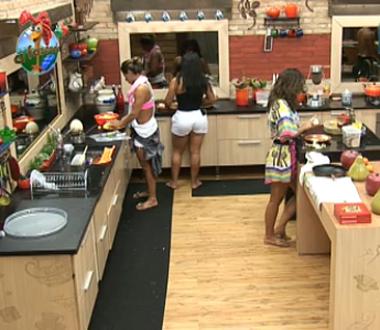 Lizzi e Carol ajudam Andressa a preparar o almoço (5/11/10)