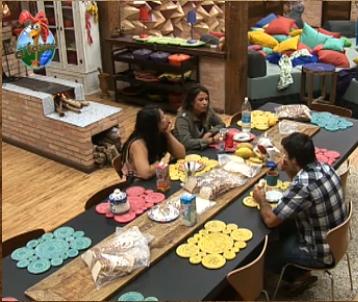 Daniel, Lizzi e Andressa tomam café antes das tarefas diárias na fazenda (27/10/10)