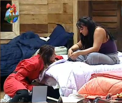 Lizzi aguarda pelo início da prova que vale um carro 0km, conversando com Andressa Soares (27/10/10)