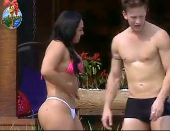 Mulher Melancia e Dudu Pelizzari tomam sol na piscina (30/9/2010)