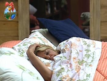 Monique Evans também aproveitou para dormir na fazenda (25/10/10)