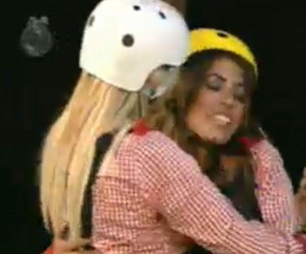 Monique Evans se despede de Raquel, primeira peoa a ir para a Roça (02/08/11)