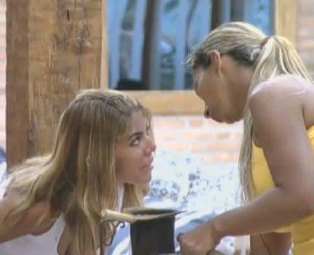 Raquel consola e brinca com Valesca Popozuda (09/10/11)