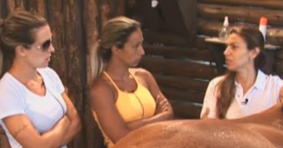 Fernanda explica atividade para peoas (09/10/11)