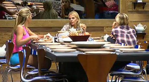 Monique Evans divide suas experiências com as novas peoas. A apresentadora fez parte do elenco de A Fazenda 3 (21/07/2011)