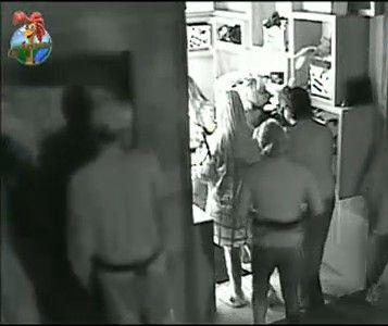 Peões fazem fila em frente ao banheiro na manhã desta segunda-feira (25/7/11)