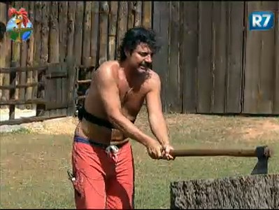 João Kleber corta lenha (25/7/2011)