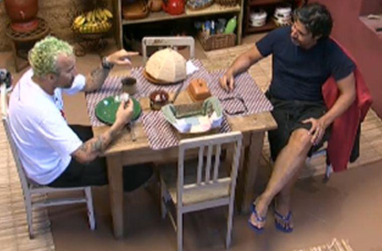 Gui Pádua e João Kléber converrsam sobre a personalidade das mulheres da casa (26/7/11)