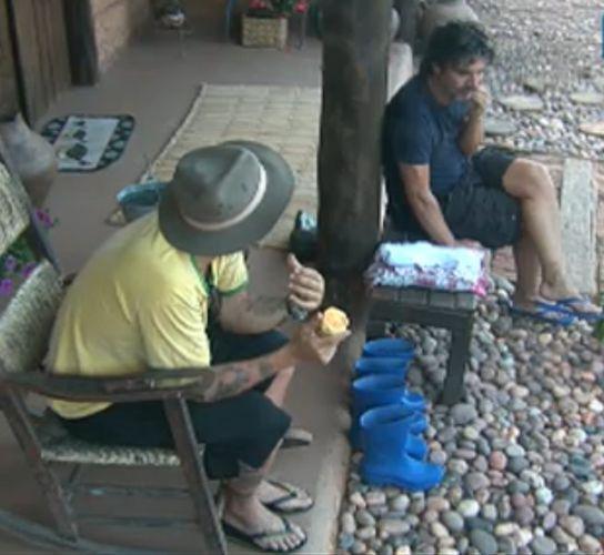 João Kléber e Gui Pádua conversam enquanto chupam laranja (26/7/2011)