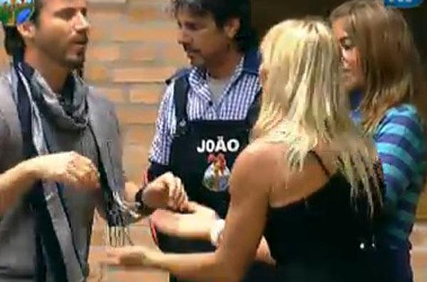 João Kléber conversa com peões após retornar da Roça (26/7/11)