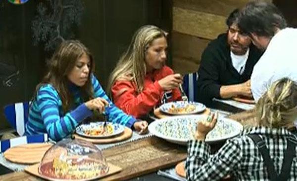 Peões jantam após prova do Fazendeiro (26/7/11)