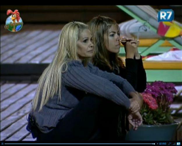 Monique Evans e Raquel Pacheco observam competição (27/7/11)