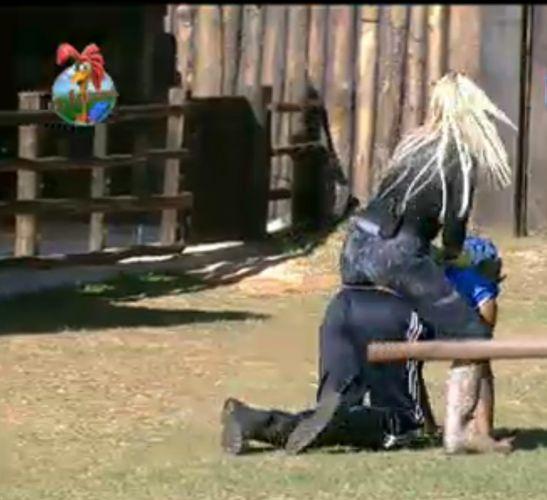 Dinei fingi ser um dos cavalos e Monique aproveita para dar uma volta (28/7/11)