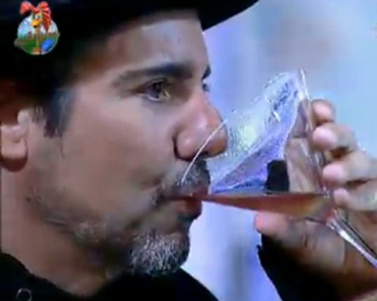 João Kléber vira um drink (29/7/11)