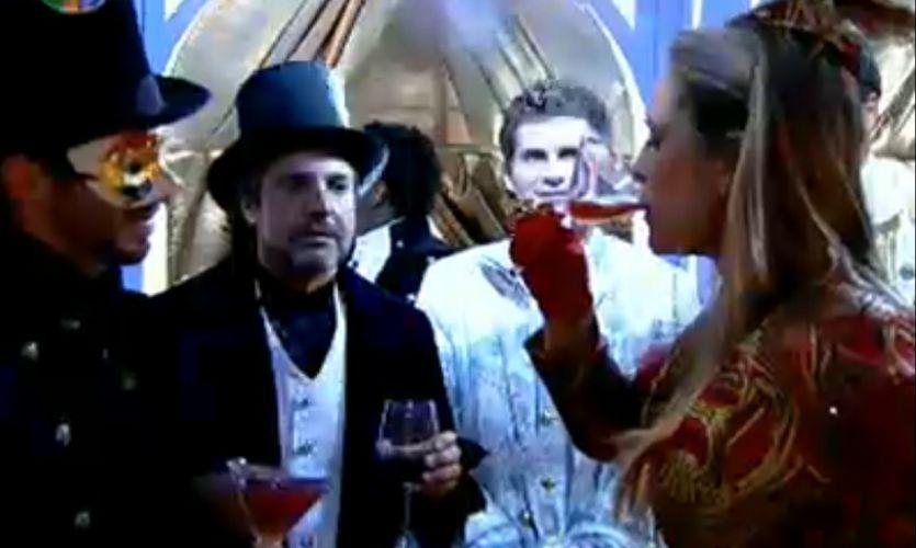 Joana Machado mostra para João Kléber e Marlon que consegue virar um copo inteiro (29/7/11)
