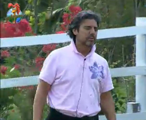 João Kléber avisa que os peões não poderão usar a piscina por 24 horas por conta de uma punição sofrida por Thiago Gagliasso(30/7/11)