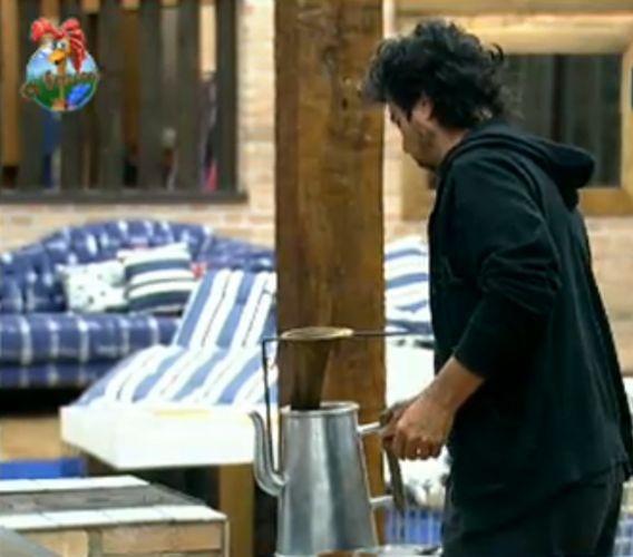 João Kléber prepara café na manhã deste domingo (31/7/11)
