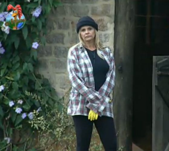 Monique Evans se mostra meio perdida enquanto os outros peões desempenham suas tarefas (31/7/11)