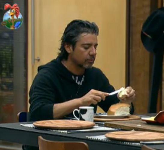 João Kléber toma café da manhã (01/08/11)