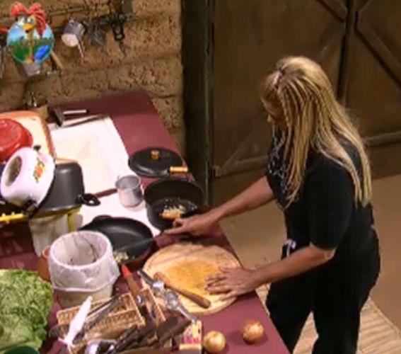 Monique Evans cozinha na casa da Roça (03/8/11)