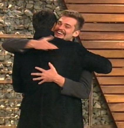 François abraça amigo após ser eliminado (04/8/2011)