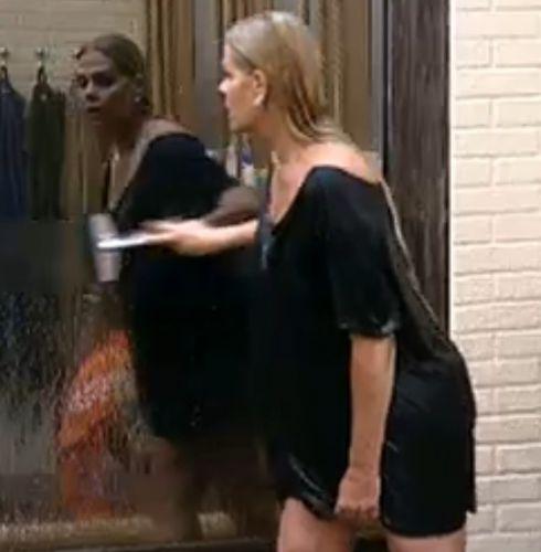 Monique Evans depois do banho (5/8/2011)