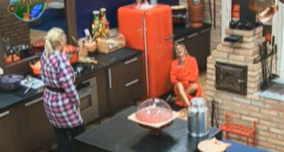 Anna cai no chão de rir depois de soltar pum (5/8/2011)