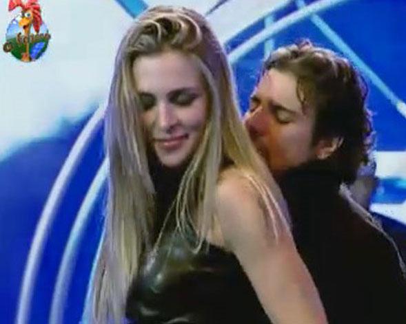 O peão não largou da colega, e no fim da festa chegou a dizer que tinha se apaixonado por ela (05/08/11)