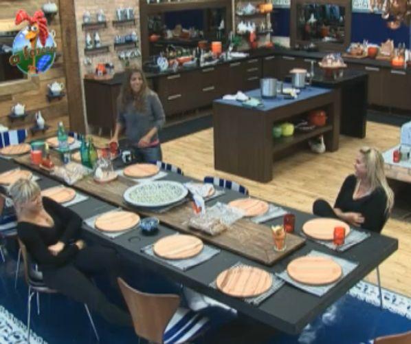 peoas conversam sobre suas 'periquitas' na cozinha da sede (06/8/11)