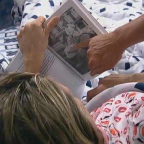 João Kléber mostra foto para Joana Machado (07/8/11)