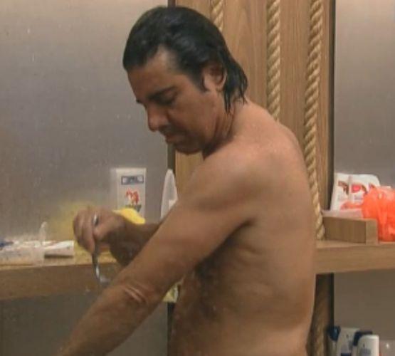 Durante o banho, João Kléber raspa os pelos do braço (09/8/11)