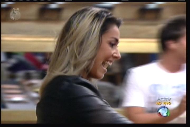 Dani Bolina comemora com os peões, que deram uma acolhida tímida para a nova peoa (11/08/11)