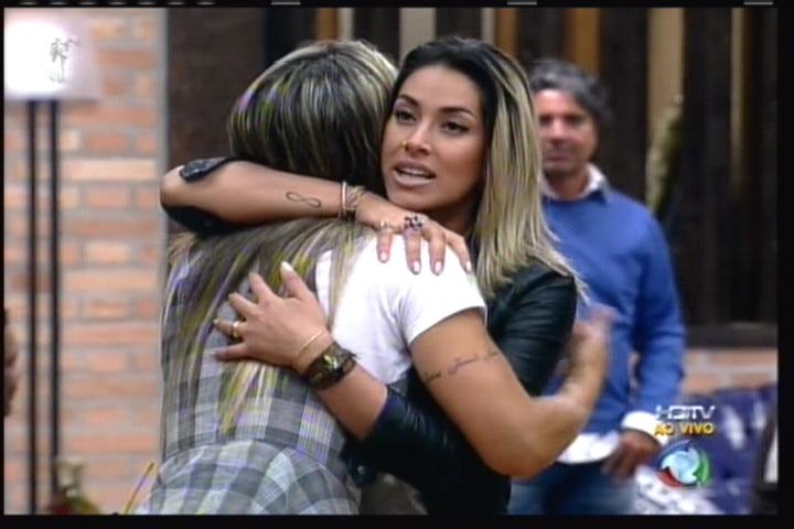 Dani Bolina é recepcionada pelos peões (11/08/11)