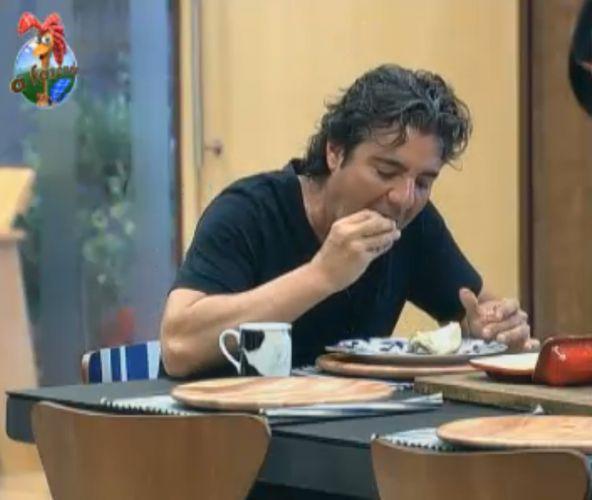 João Kléber toma café da manhã nesta quinta-feira (11/8/11)